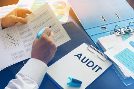 Document met titel Audit op een kantoortafel.