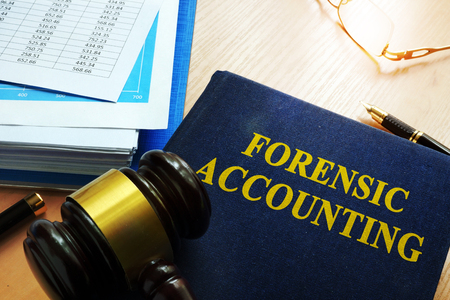 Book with title forensic accounting on a table. Reklamní fotografie - 83789808