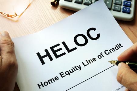 ドキュメント HELOC ホーム エクィティのテーブルの上。
