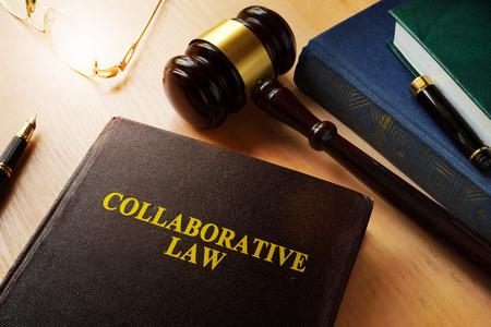 Collaboratieve wet op een bureau en een hamer.