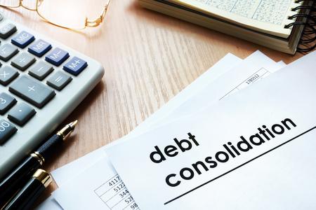Documenten met schuldconsolidatie van de titel op een kantoortafel.