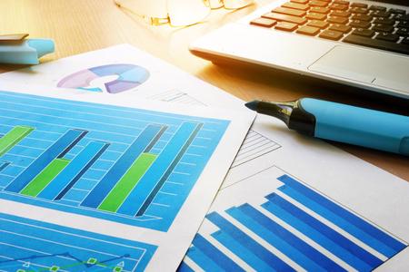 Schreibtisch mit Finanzdokumenten, Notizbuch und Stift. Standard-Bild - 88792774