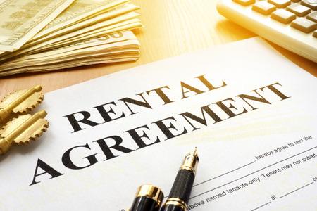Contrat de location sur une table de bureau.
