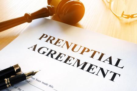 Umowa przedślubna i młotek przed sądem. Zdjęcie Seryjne