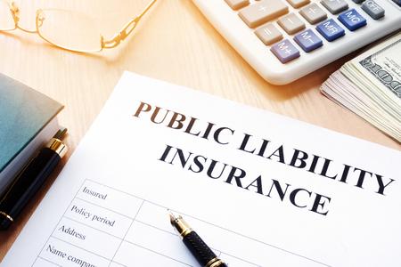 Burgerlijke aansprakelijkheidsverzekering op een bureau. Stockfoto