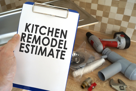 Plumber taking clipboard with kitchen remodel estimate. Banque d'images