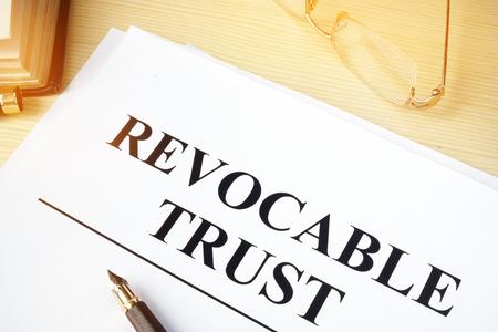 Confiance révocable sur un bureau en bois.
