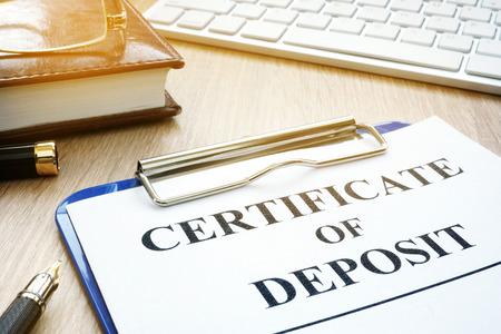 Certificate of deposit and pen on a desk. 版權商用圖片