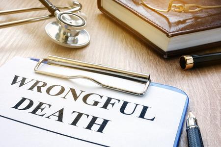 Forma de muerte injusta y estetoscopio sobre una mesa. Foto de archivo