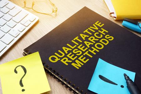 Kwalitatieve onderzoeksmethoden en stokken op een bureau. Stockfoto