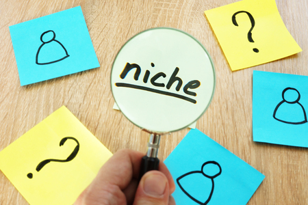 Find your niche concept. Memo stick and magnifier. Stockfoto