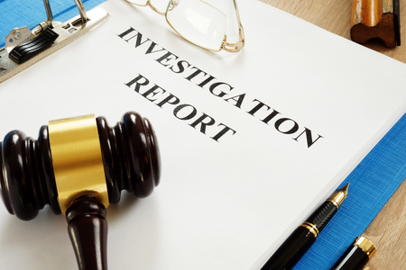 Investigation report and gavel on a table. Zdjęcie Seryjne