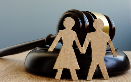 Divorce and alimony. Relationship problems. Gavel and figures of couple. Foto de archivo
