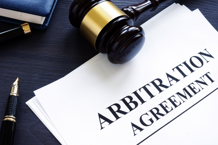 Arbitration agreement and gavel on a desk. Banque d'images