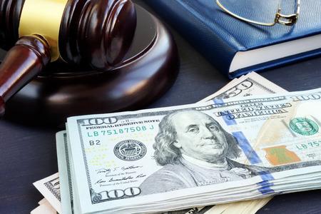 Finanza contenzioso. Banconote in dollari e martelletto. Cauzioni.