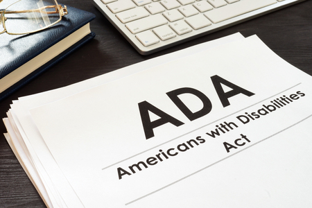 Ley de Estadounidenses con Discapacidades ADA y anteojos.