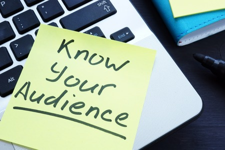 Know your audience written on the memo. Stok Fotoğraf