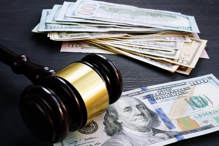 Cautionnement et sanction financière. Marteau et argent.