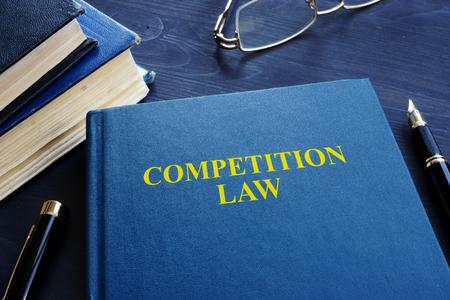 Droit de la concurrence et stylo sur une table.
