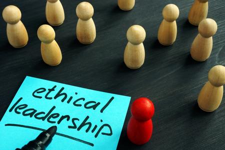 Liderazgo Etico. Figuras de madera sobre un escritorio. Foto de archivo