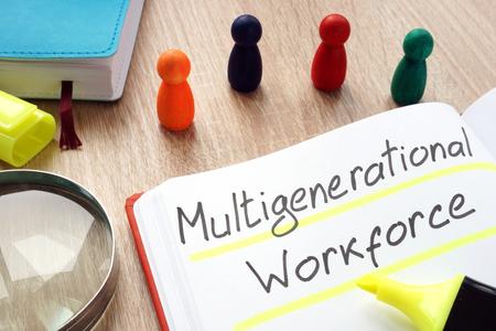 Main-d'œuvre multigénérationnelle écrite au stylo sur une note.