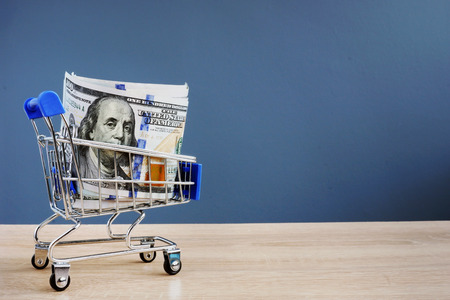 Shopping cart with money. Instant cash loans. Copy space. Stockfoto