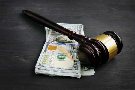 Gavel and money in the court. Penalty or bribe. Banque d'images