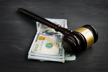 Gavel et de l'argent dans la cour. Pénalité ou pot-de-vin. Banque d'images