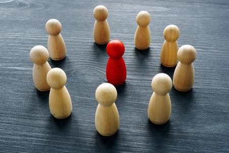 Führung im Business-Team. Holzfiguren auf einem Schreibtisch.