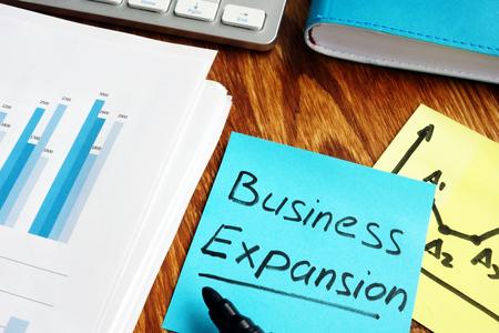 Geschäftserweiterung auf ein Blatt Papier geschrieben. Standard-Bild