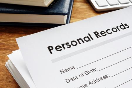 Record personali su un tavolo. Dati sulla privacy.