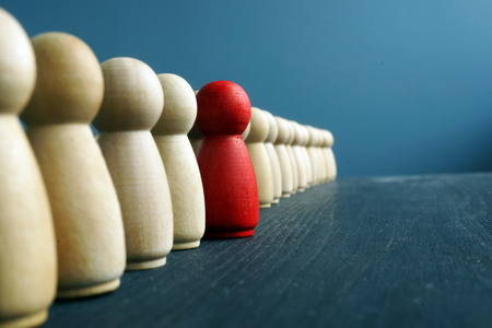 Leadership development. Line of wooden figurines with red one. Standard-Bild - 116482642