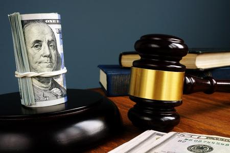 Cautionnement et bon concept. L'argent et le marteau comme symbole de la loi.