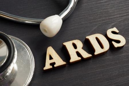 Diagnose Akutes Atemnotsyndrom ARDS und Stethoskop. Standard-Bild