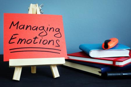 Manejo de emociones texto escrito a mano en una hoja de papel.