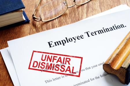 Ungerechtfertigter Kündigungsstempel auf der Kündigung des Arbeitnehmers. Standard-Bild