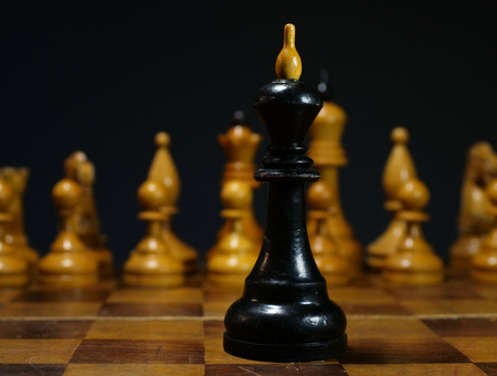 Business problems, leader decision in competition. Chess king opposite white chess. 免版税图像