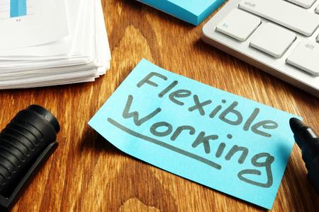 Concepto de política de trabajo flexible. Trozo de papel sobre la mesa.