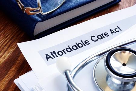 Ley de atención médica asequible ACA u Obamacare y estetoscopio.