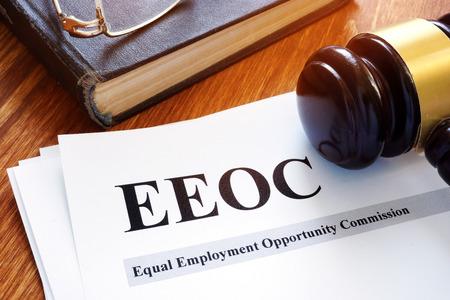 Informe y martillo de la comisión de igualdad de oportunidades de empleo de la EEOC.