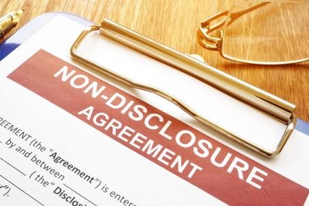Formulaire d'accord de confidentialité et de non-divulgation sur un bureau. Banque d'images