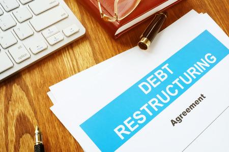 Accord de restructuration de la dette DRA avec clavier et stylet. Banque d'images
