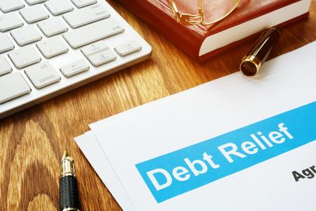 Schuldenerlassabkommen in einem Büro auf einem Schreibtisch.