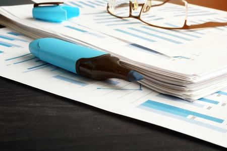 Geschäftsanalysebericht mit Finanzdiagrammen auf dem Tisch. Standard-Bild