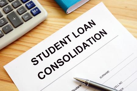 Student Loan Consolidation Anwendung, Taschenrechner und Stift.