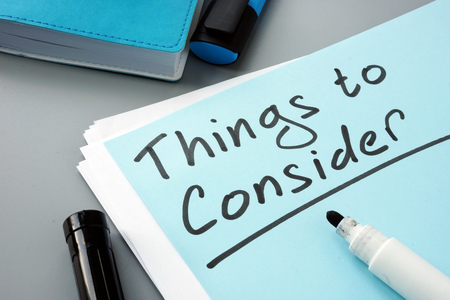 Man writes things to consider list in note. 版權商用圖片 - 124154654