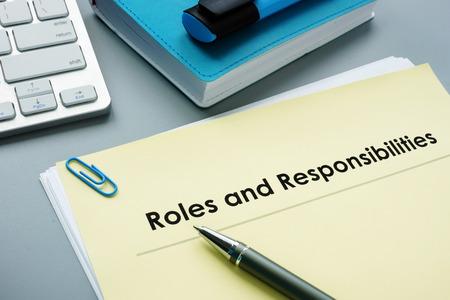 Documentos de roles y responsabilidades en la oficina. Foto de archivo