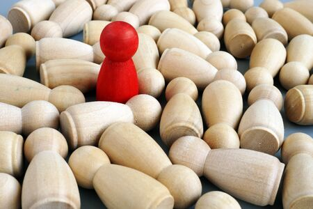 Successful leader in the business. Red wooden figurine. Competitive edge. Stockfoto