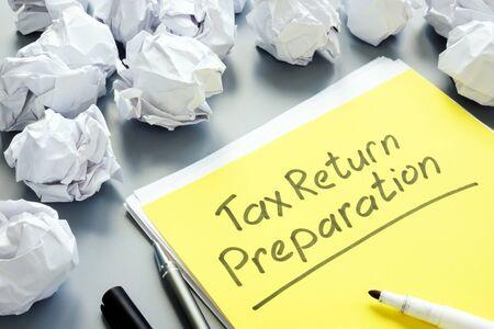 Concepto de preparación de declaración de impuestos y pila de papeles. Foto de archivo
