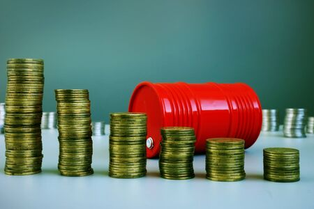 Calo del prezzo del petrolio. Barile e soldi rossi. Archivio Fotografico